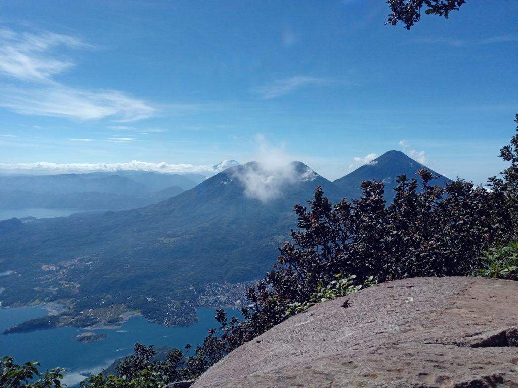 lac-Atitlan-vu-depuis-le-sommet-d'un-volcan