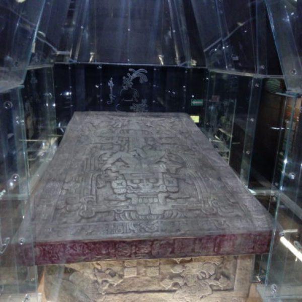 reproduction-tombe-roi-Tikal-musée-Palenque